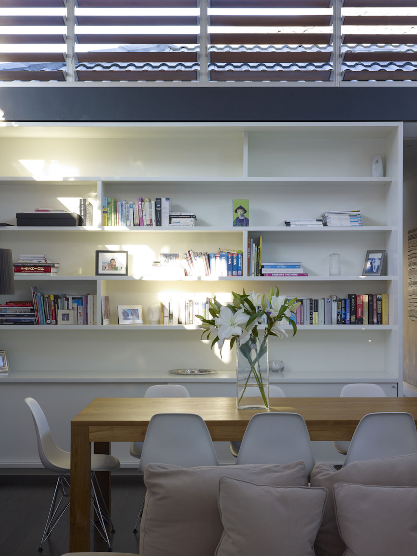 Lambert House by Sydney award winning residential architecture office Sam Crawford Architects. White bookcase joinery