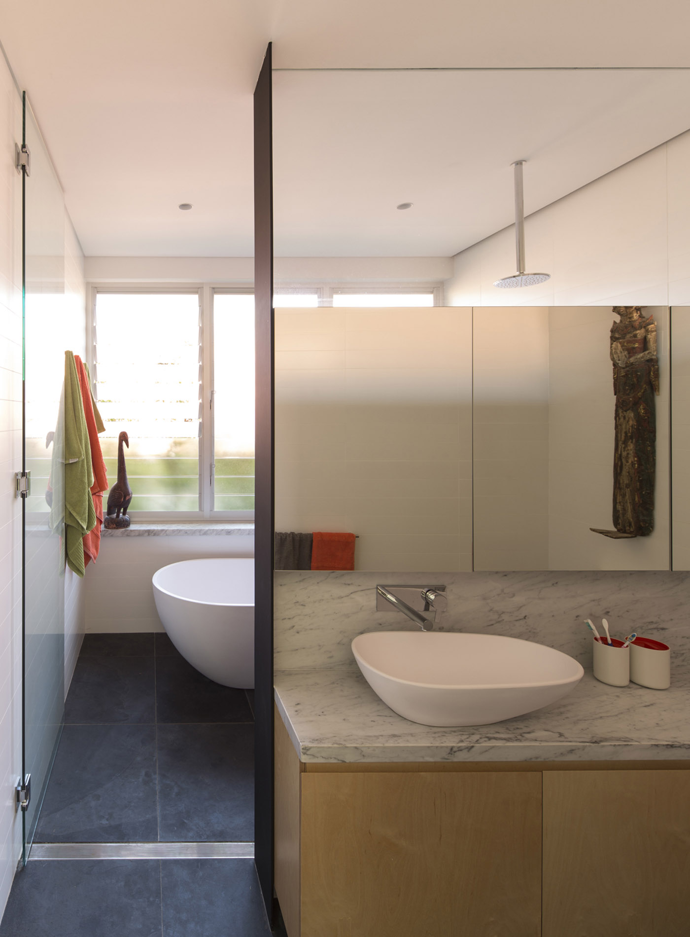 Salgo Kitching House by Sydney award winning architecture office Sam Crawford Architects. View of bathroom.