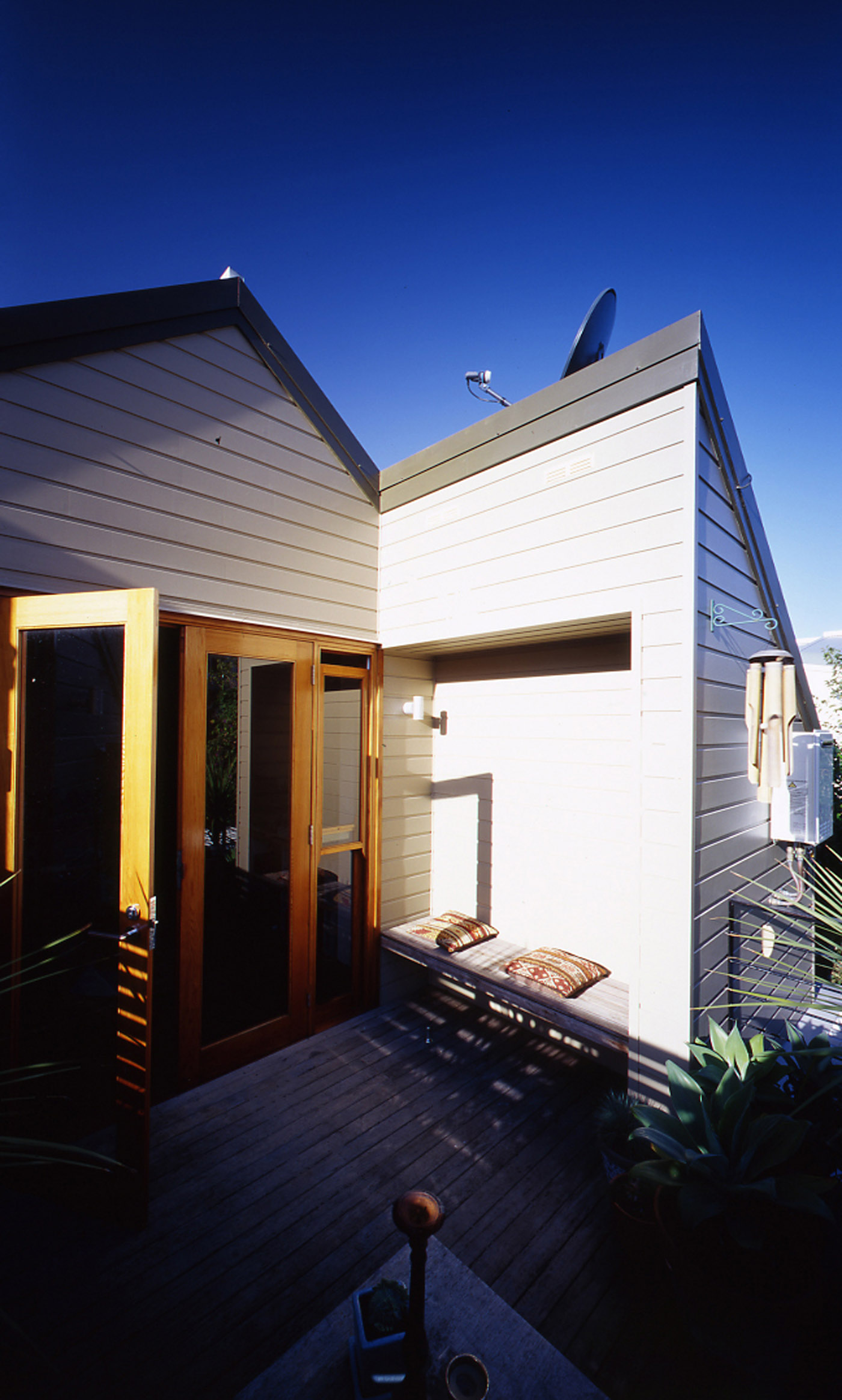 Bandi Drew House by Sydney award winning residential architecture firm Sam Crawford Architects. Outdoor balcony garden seating area