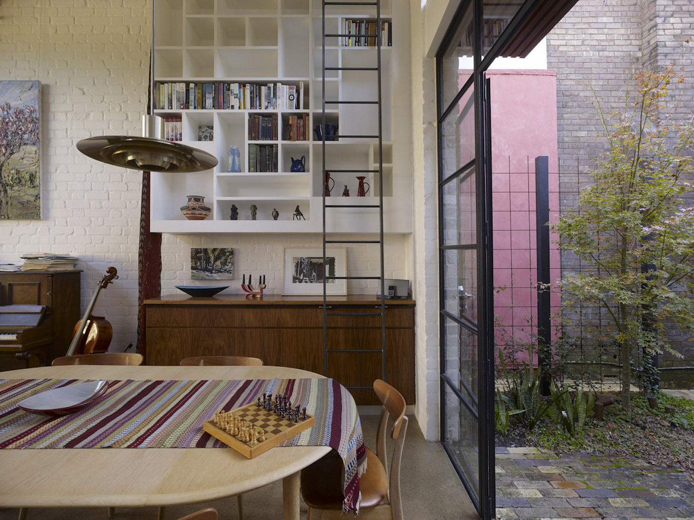 Smee Schoff House by award winning Sydney residential architecture firm Sam Crawford Architects. Minimal material palette provide a canvas for multiple objects and artworks to be displayed