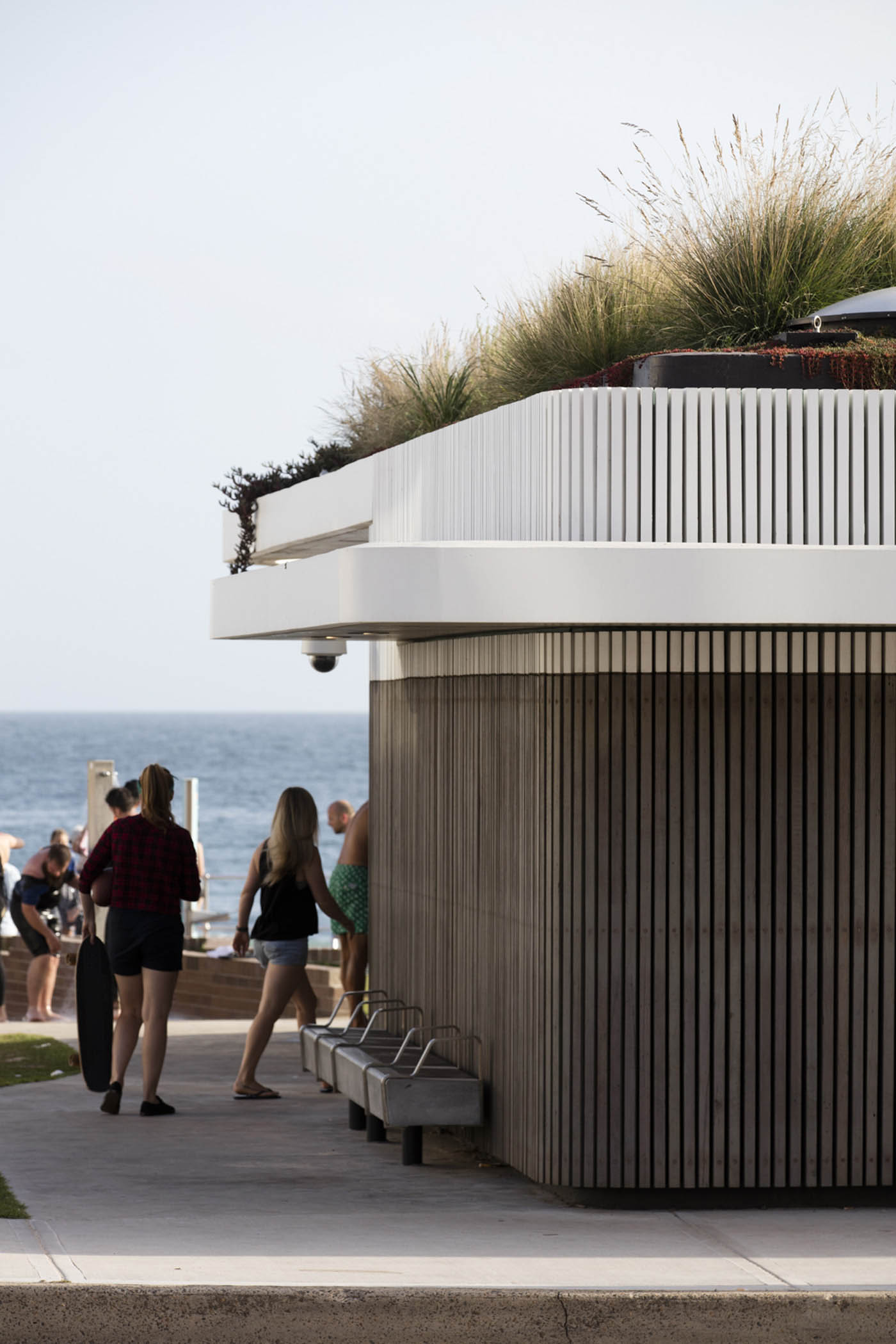 North Bondi Amenities, a public project by award winning Sam Crawford Architects. View of the seats incorporated into the facade.